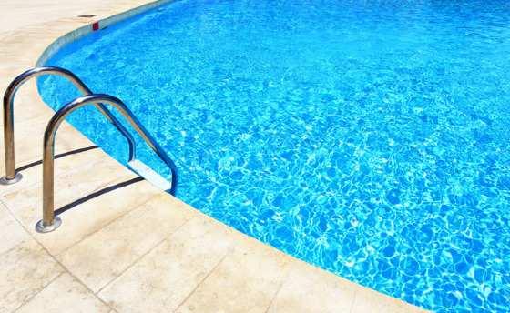Criança se afogou ao cair em piscina