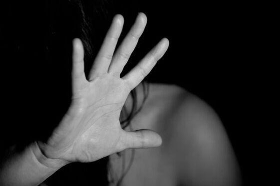 o agressor cegou à casa da vítima por volta das 03h, quando invadiu a casa dela.