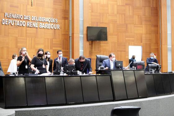Deputados analisaram projeto após longa sessão nesta terça-feira