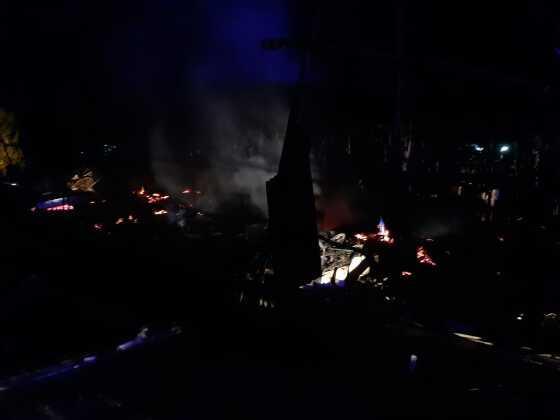 Casa em condomínio de chácaras ficou completamente destruída pelo fogo.