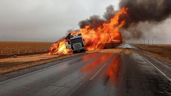 Veículos incendiaram após batida em rodovia de Nova Mutum nesta manhã.